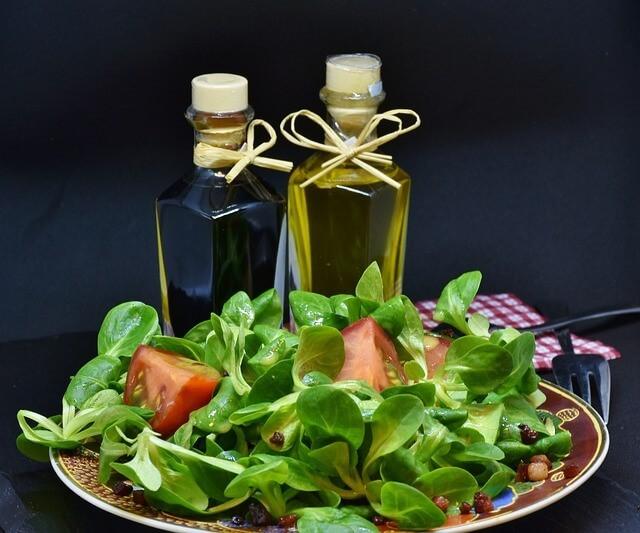 Polníček, rajčata a olivový olej