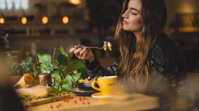 Žena jí zdravou stravu