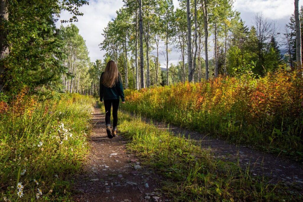 Žena se prochází v přírodě