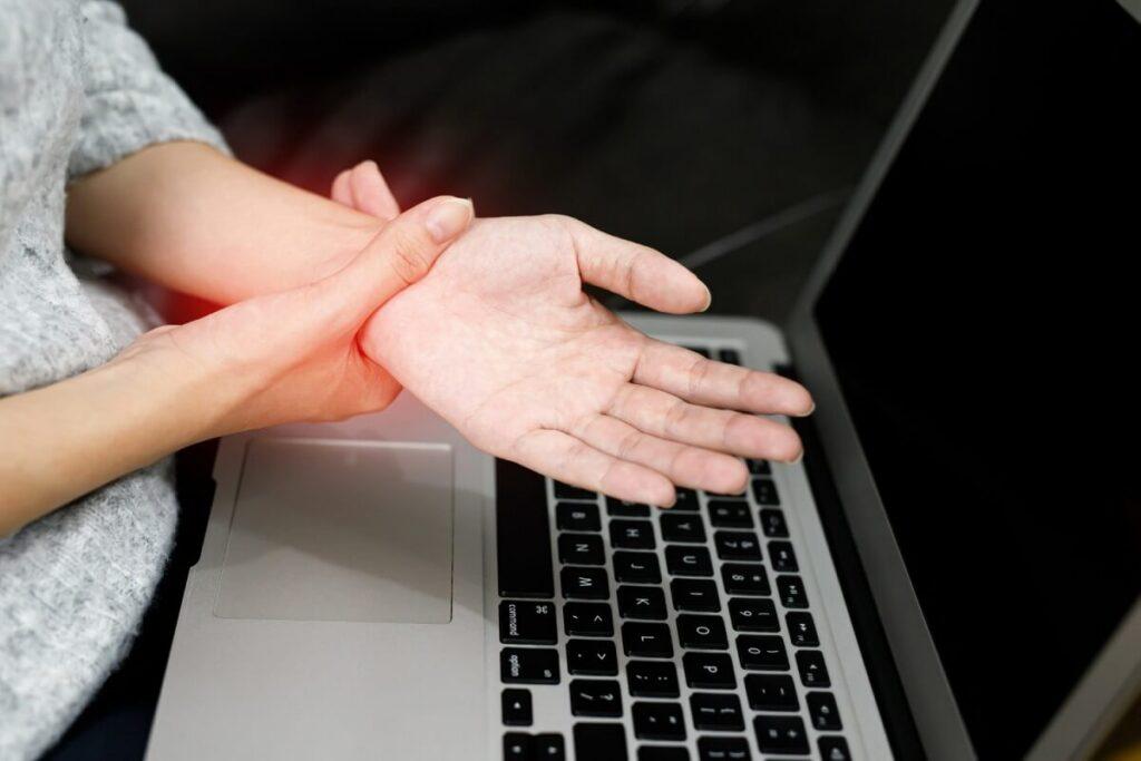 Bolest zápěstí z práce na počítači